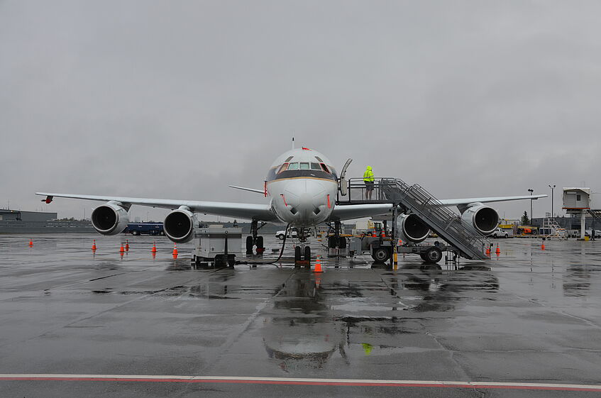 DC-8 in the rain at the airport of Anchorage